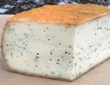 Tomme au lait de vache sarriette et romarin (la part d'environ 200g)