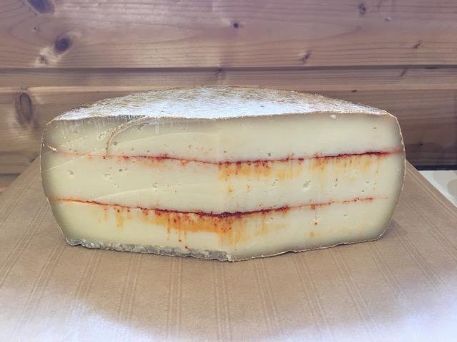 Tomme au lait de vache au piment d'Espelette (la part d'environ 200g)
